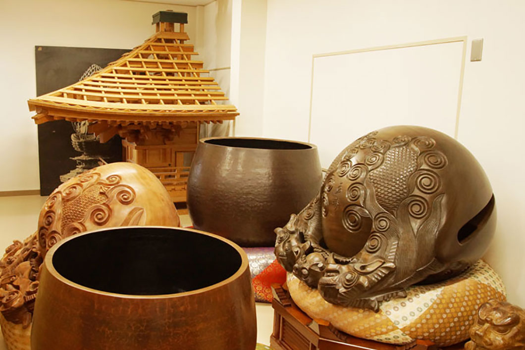 玉齋の木魚、大型の鏧子の展示