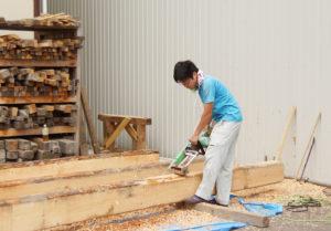松戸工場での木材皮剥ぎ